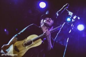 Suzanne Vega z gitarą akustyczną