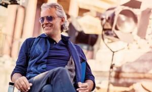 Andrea Bocelli wśród instrumentów
