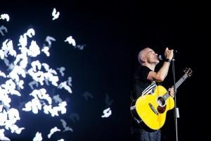 Eros Ramazzotti z gitarą akustyczną - fot. materiał prasowy