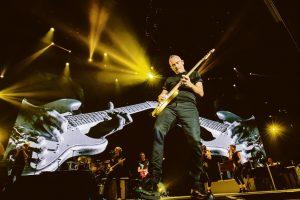 Eros Ramazzotti wśród gitar - fot. materiał prasowy
