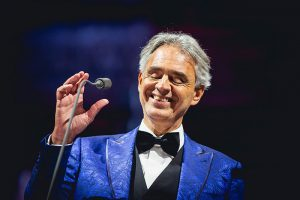 Andrea Bocelli przed mikrofonem - fot. MJM PRESTIGE