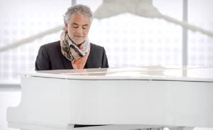 Andrea Bocelli gra na fortepianie - fot. MAKROCONCERT