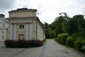 Jeden z budynków zespołu pałacowo-parkowego - fot. Jacek Konopka