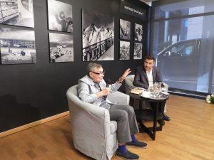 Marian Turski i Remigiusz Grzela podczas spotkania - fot. Roman Soroczyński