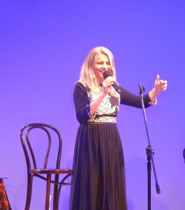 Olga Avigail podczas koncertu - fot. Roman Soroczyński