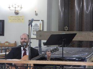 Yoni Rose gra i śpiewa - fot. Roman Soroczyński